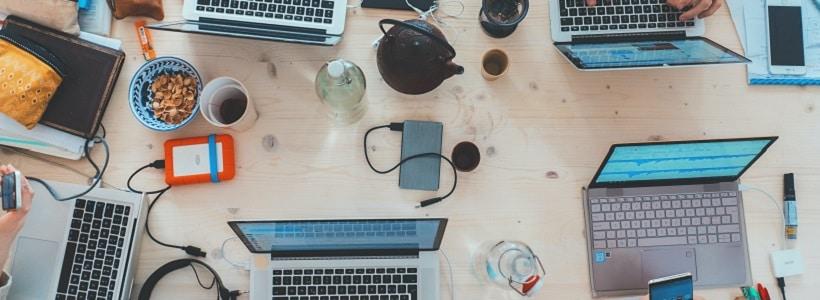 Mehrere Personen sitzen gemeinsam am Schreibtisch. Foto: Marvin Meyer on Unsplash