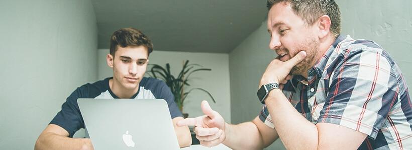 Zwei Mitarbeiter besprechen digitale Projekte ihres Unternehmens, Foto: NeONBRAND on Unsplash